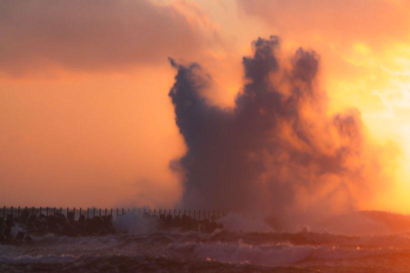 Breaking_wave_at_pier_at_sunset,_Nørre_Vorupør,_Denmark,_2015-07-09-5617